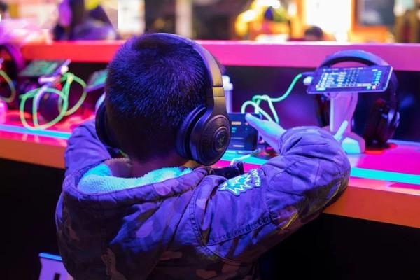 该代表建议开发一种未成年人专用手机 并限制网络的使用时间